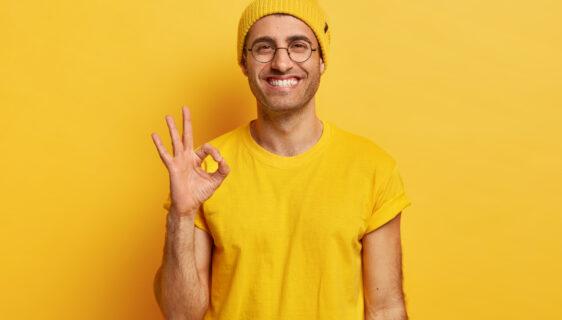 gözlüklü harika teşekkür adam erkek portre sarı